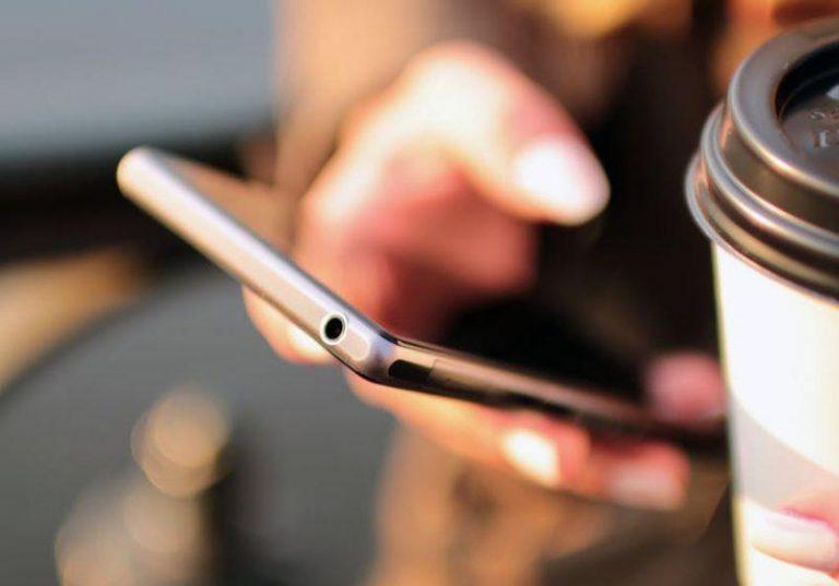 zdjécie telefonu komórkowego trzymanego w dłonii