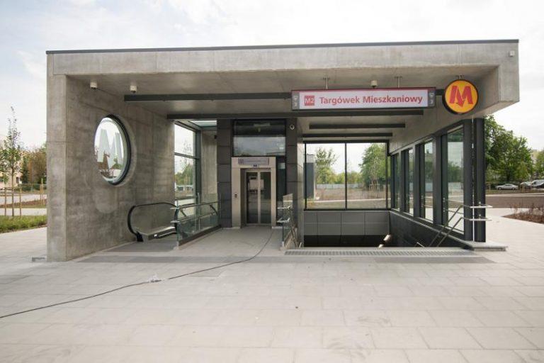 wejście na stację metra Targówek mieszkaniowy