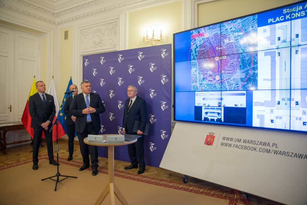 Jerzy Lejk, prezes Metra prezentuje usytuowanie nowych stacji linii metra M1