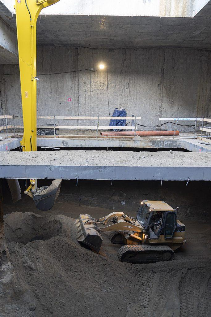 zdjęcie: Na stacjach Kondratowicza i Zacisze wydobywana jest ziemia z poziomu -2