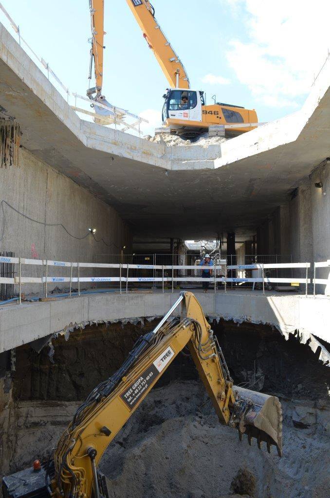 Na budowie obu podziemnych przystanków trwa pogłębianie wykopu na poziomie -2 oraz przygotowania do budowy płyty fundamentowej. fot. Metro Warszawskie
