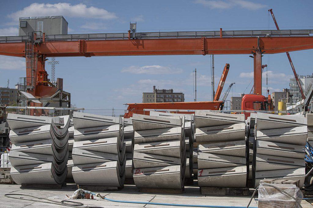 Na plac budowy stacji metra Bródno dowożone są elementy obudowy tuneli. fot. Metro Warszawskie