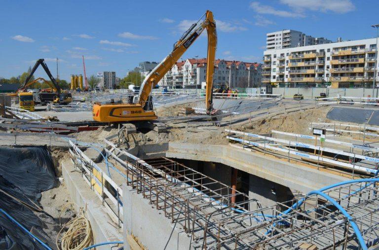 Prace ziemne przy pogłębianiu wykopu do poziomu -2 na stacji C04 Powstańców Śląskich. fot. Metro Warszawskie
