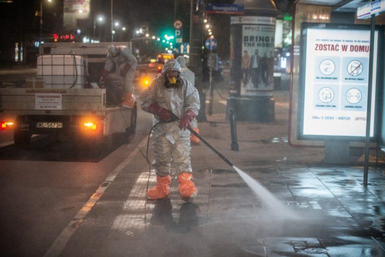 zdjęcie: pracownicy dezynfekujący infrastrukturę