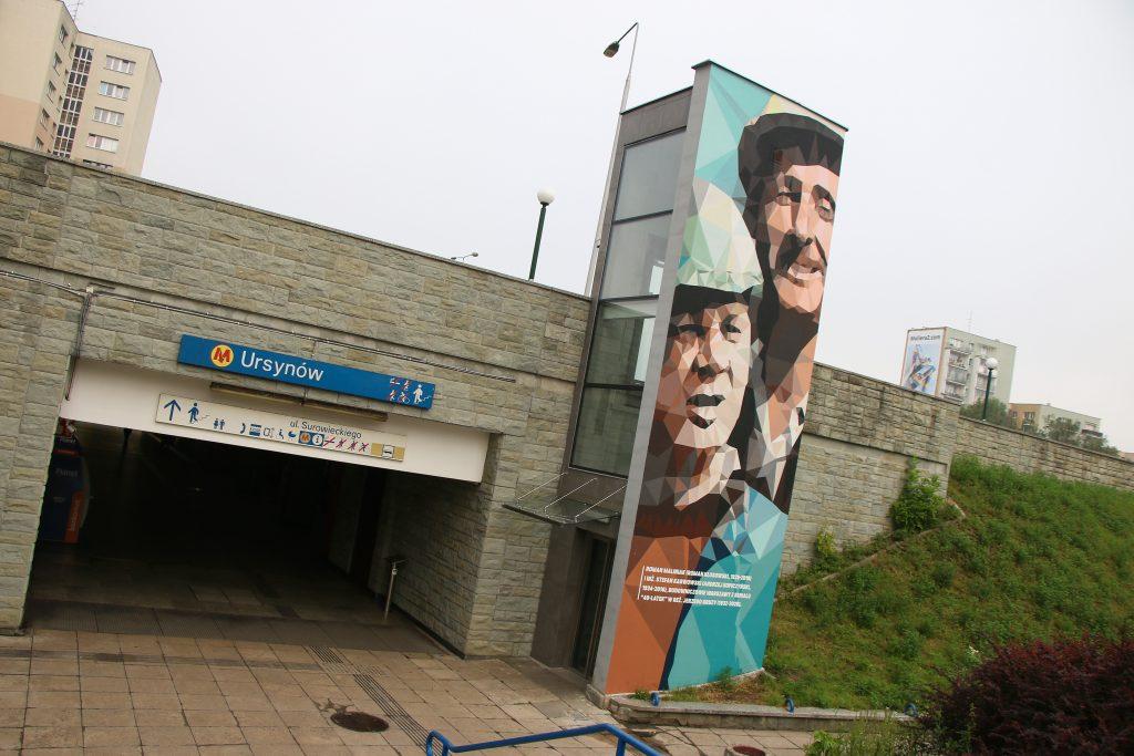 zdjęcie muralu przy wejściu na stację metra Ursynów