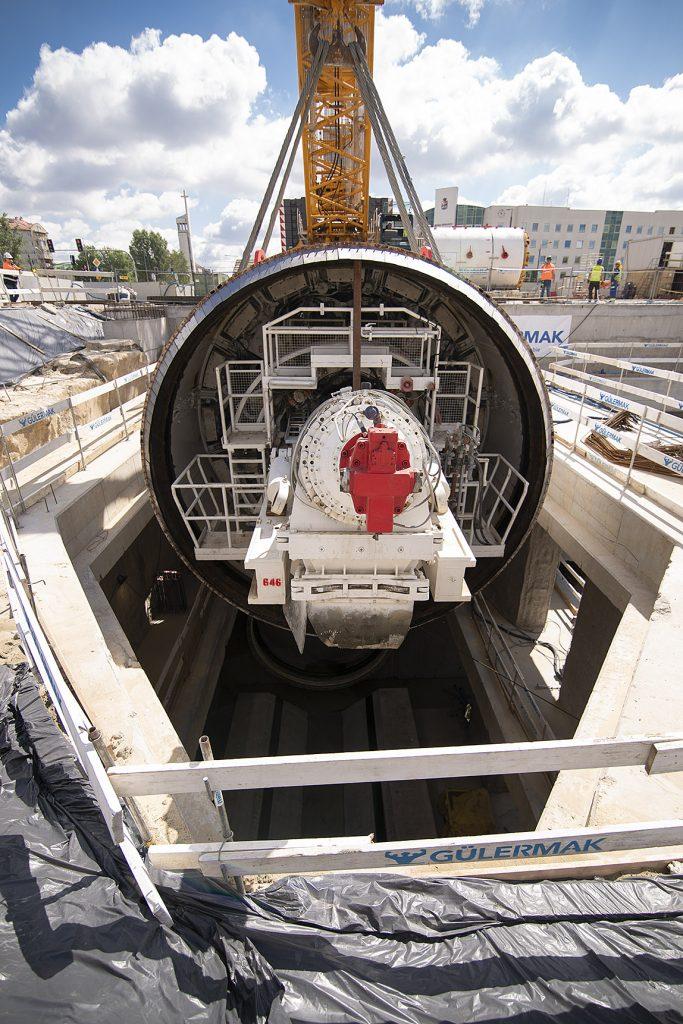 akcja opuszczania tarcz TBM na budowie metra na Bemowie