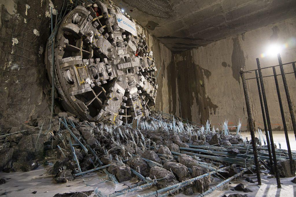 zdjęcie tarczy TBM Maria podczas przebicia ściany stacji Kondratowicza