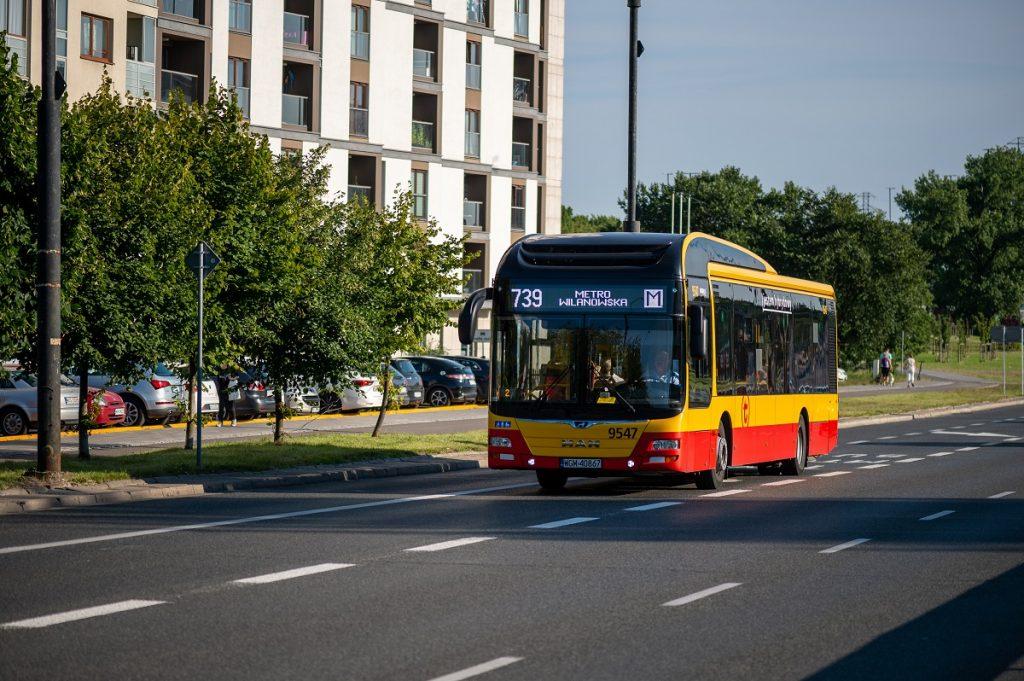autobus linii 739 korzystający z buspasa na ul. Puławskiej
