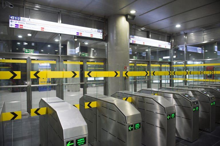 bramki przed wejściem na peron stacji II linii metra