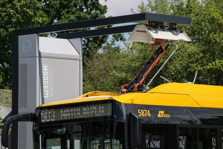 ładowanie autobusu elektrycznego przez pantograf