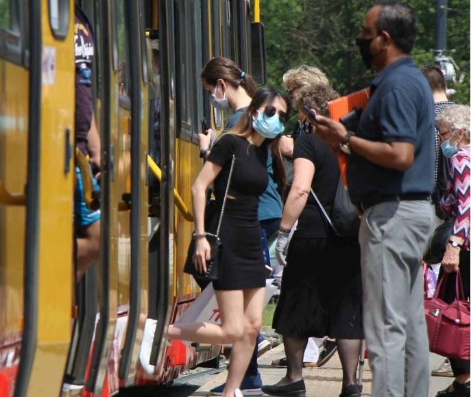 Pasażerowie wsiadający do tramwaju