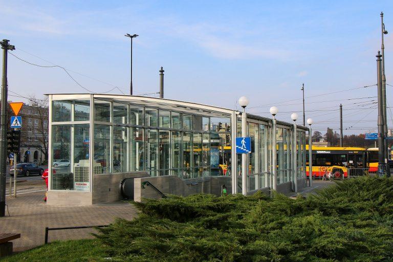 wyremontowane zejście na teren stacji metra Ratusz Arsenał