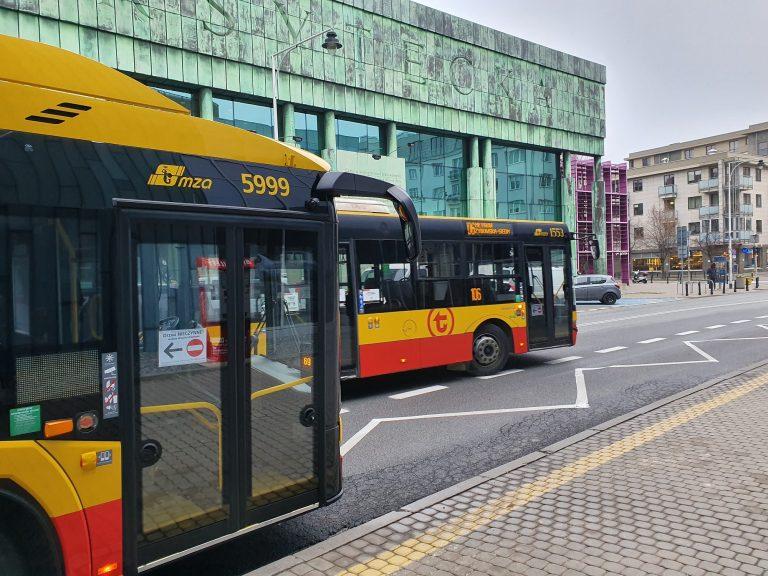 Autobusy WTP na tle budynku Sądu Najwyższego