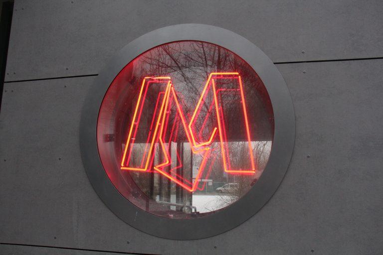 zdjęcie neonu z logiem metra