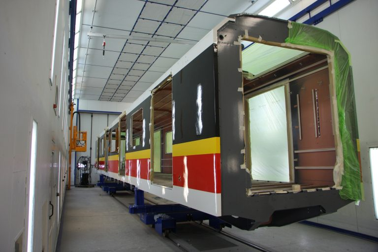 pudło wagonu metra Škoda Varsovia podczas malowania