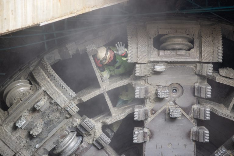 zdjęcie przebijającej się tarczy Anna na budowie II linii metra, stacja Trocka