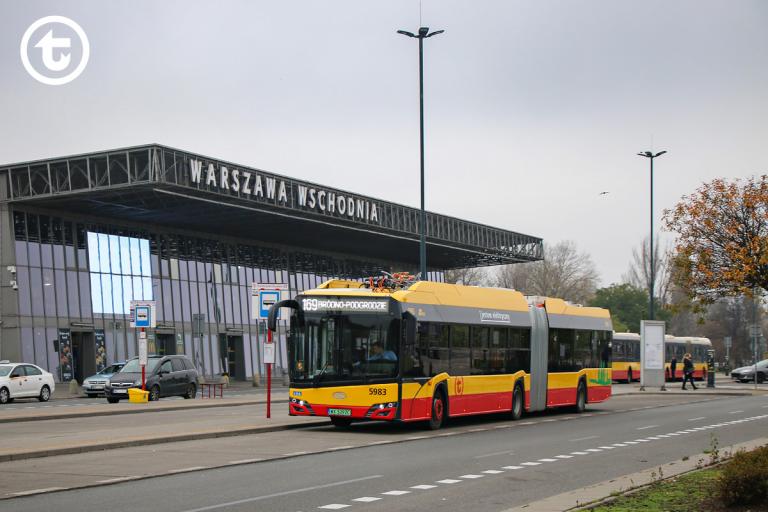 autobus elektryczny na tle Warszawy Wschodniej