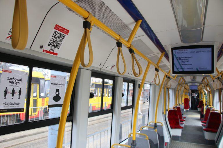 naklejka z kodem QR w tramwaju