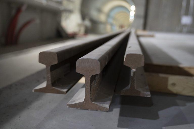 zdjęcie - szyny na placu budowy drugiej linii metra