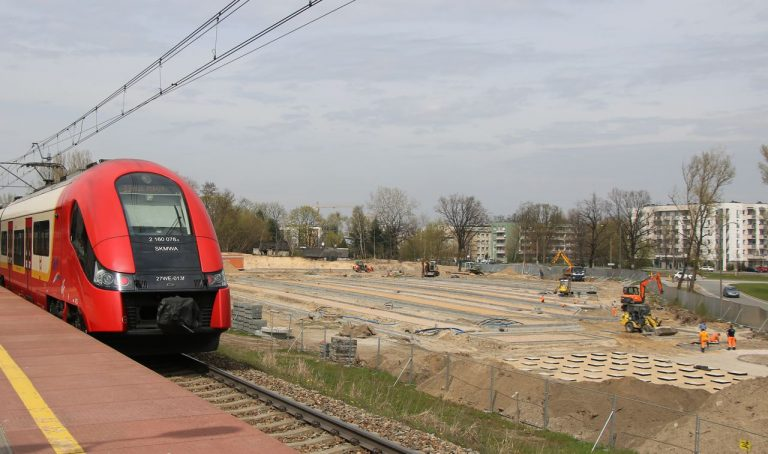 Zdjęcie placu budowy P+R Zerań z peronu przystanku kolejowego. Na pierwszym tle pociąg SKM