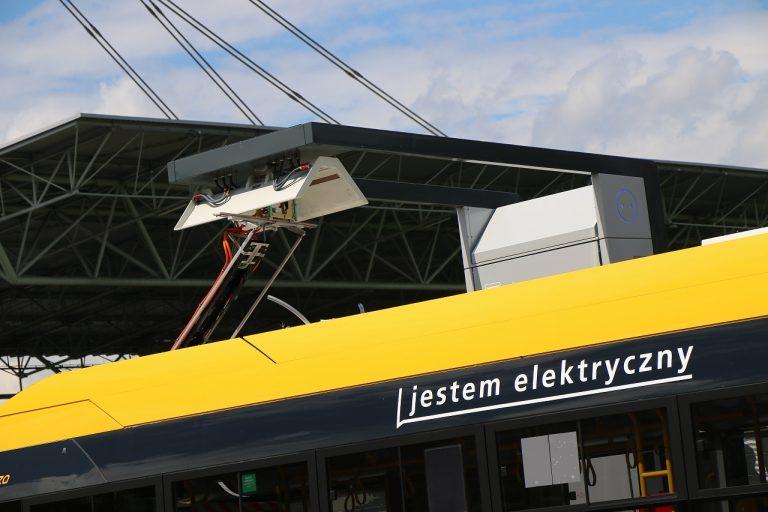 Zdjącie ładowarki autobusu elektrycznego z ładującym się się pojazdem