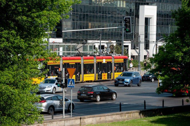 zdjęcie placu Bankowego z ruchem drogowym i tramwajem WTP