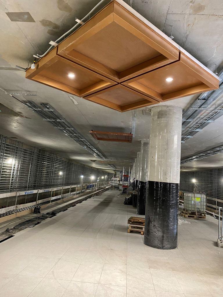 zdjęcie próbki panelu sufitowego na stacji metra