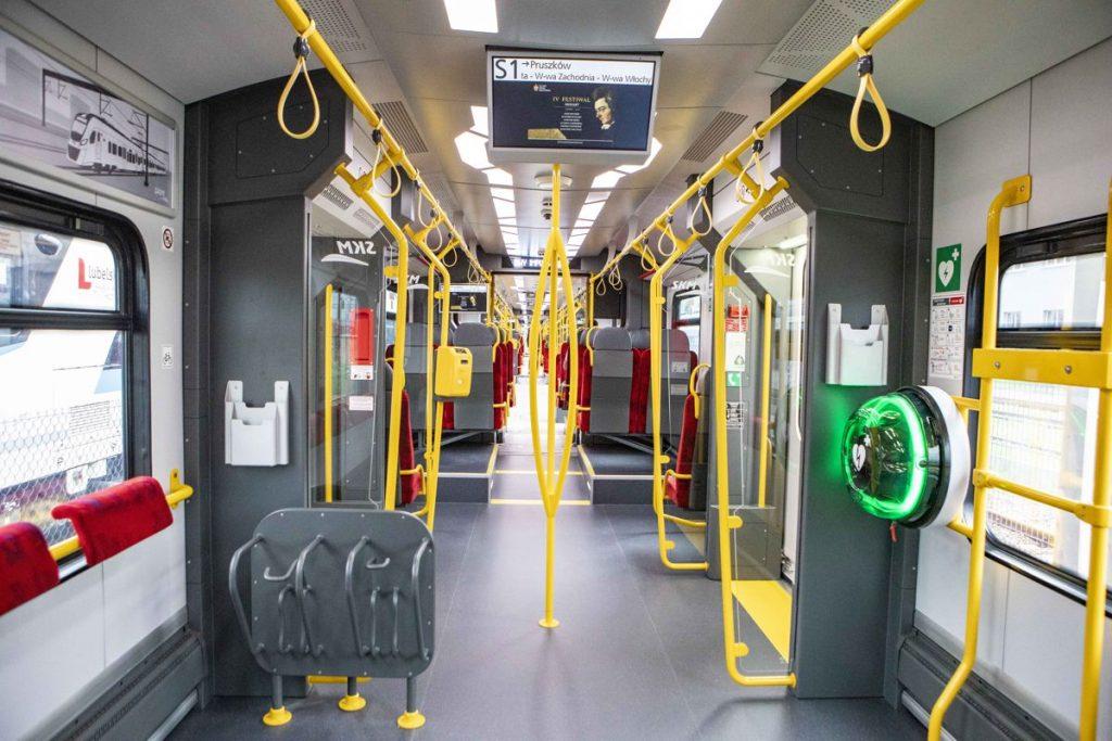 Zdjęcie wnętrza pociągu SKM Impuls 2 - defibrylator AED
