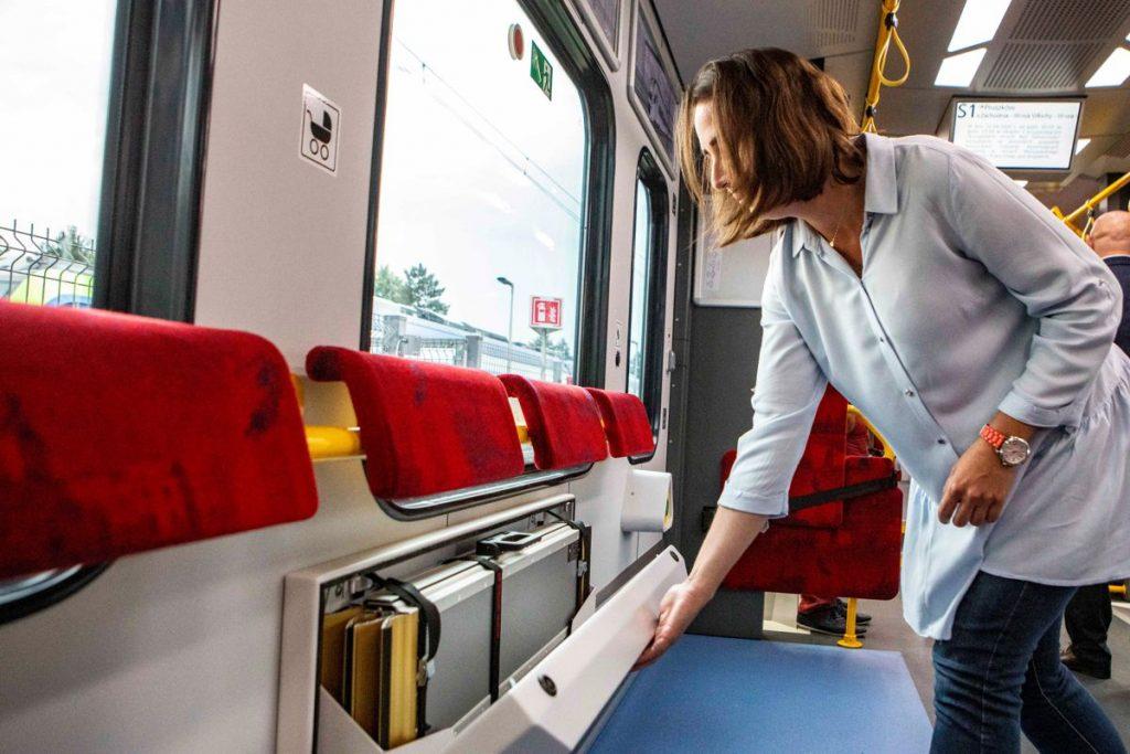 Zdjęcie wnętrza pociągu SKM Impuls 2 - schowek na rampę