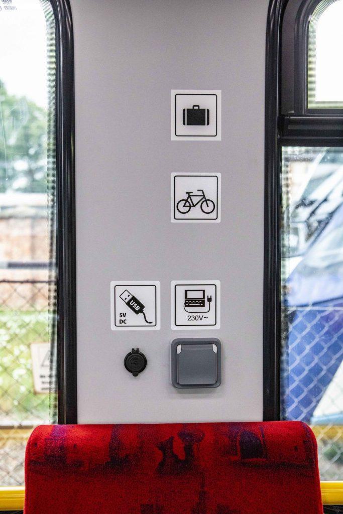 Zdjęcie wnętrza pociągu SKM Impuls 2 - kontakty i wejście USB