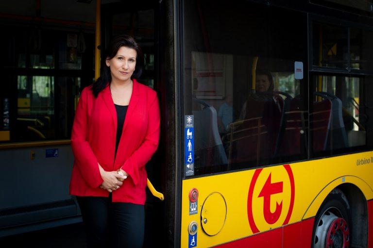 Zdjęcie dyrektor Katarzyny Strzegowskiej w drzwaiach autobusu WTP