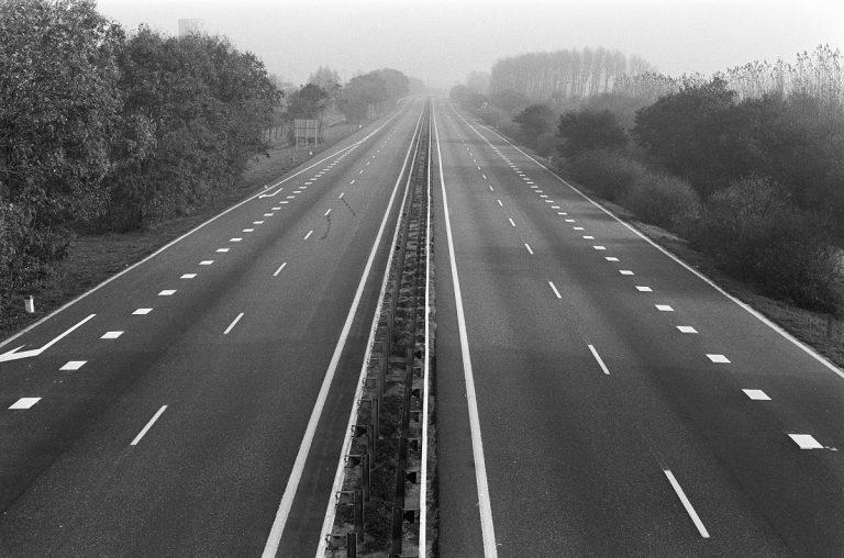 zdjęcie pustej autostrady - fotograf nieznany, Archiwum Narodowe Niderlandów / Anefo