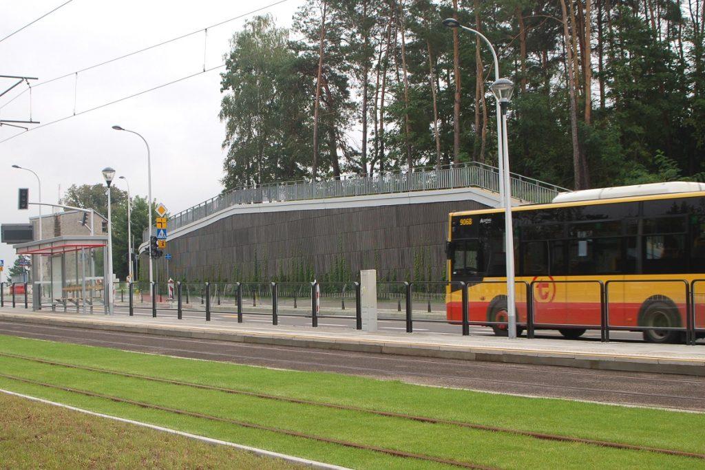 zdjęcie autobusu przy nowym, zielonym torowisku na Winnicy