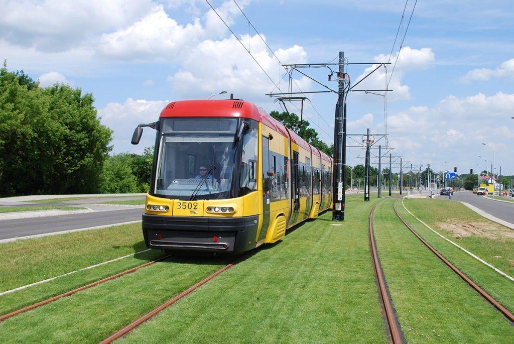 zdjęcie tramwaju na nowym, zielonym torowisku na Winnicy