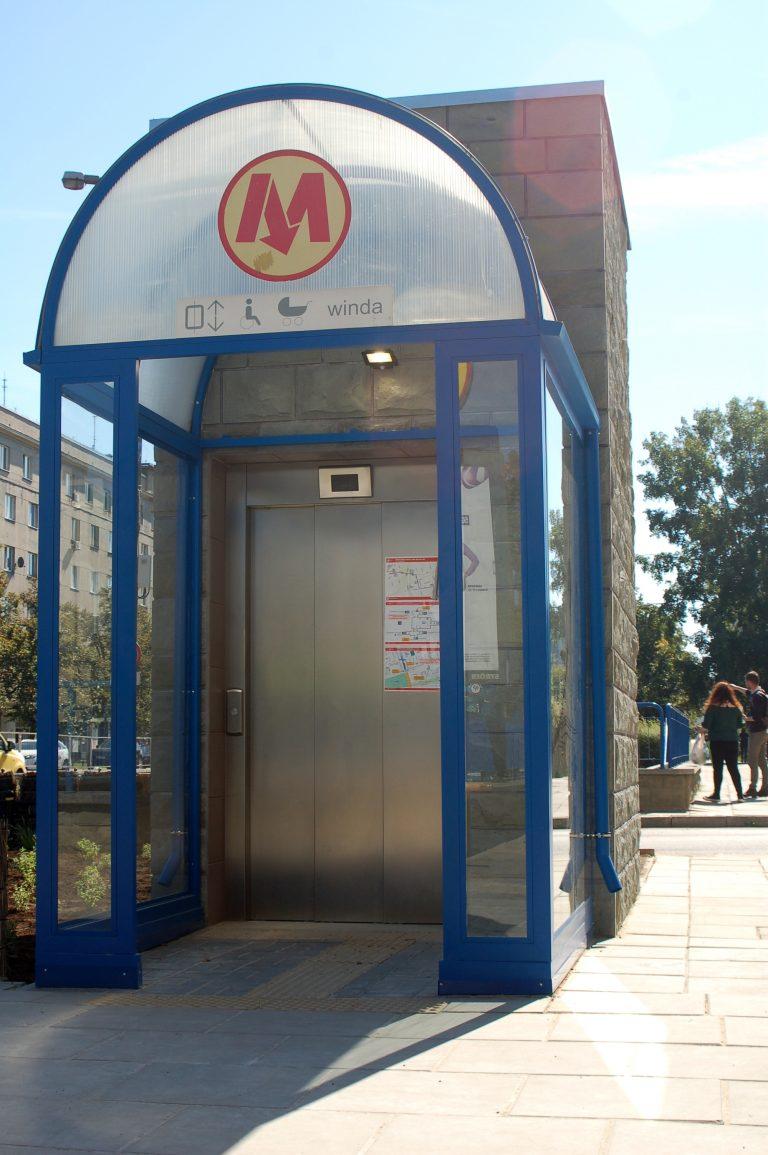 zdjęcie windy na stacji metra Racławicka - wejście naziemne