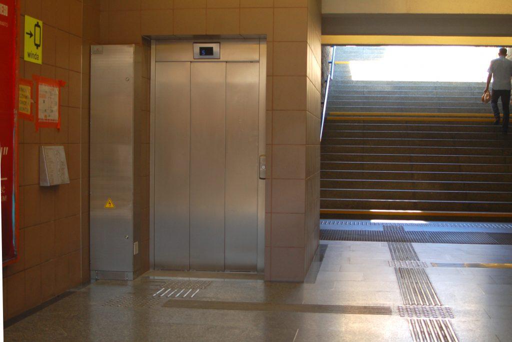 zdjęcie windy na stacji metra Racławicka - wejście podziemne