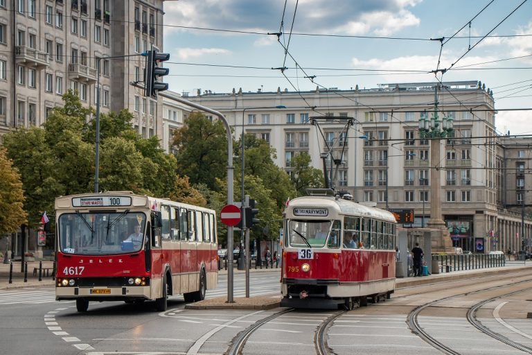 Zdjęcie linii WLT - autobusowej 100 (Jelcz PR110M) i tramwajowej 36 (13N)