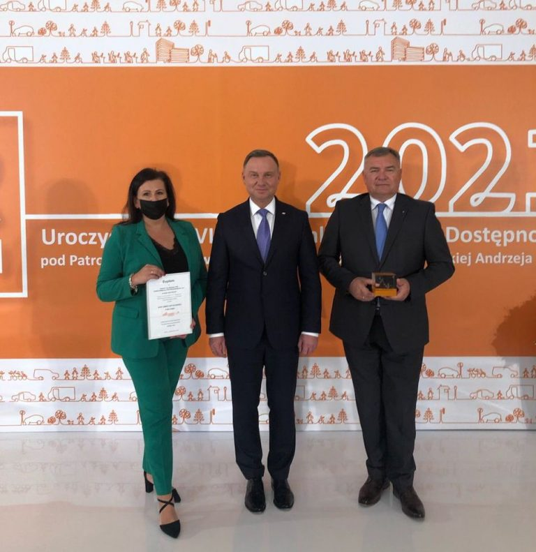 zdjęcie dyrektor ZTM Katarzyny Srzegowskiej i prezesa MW Jerzego Lejka wraz z prezydentem RP Anrzejem Dudą po przyjęciu nagrody Lidera Dostępności 2021 dla stacji metra Młynów